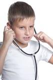 7 años del muchacho como doctor Foto de archivo libre de regalías