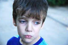 7 anos tristes do retrato velho do menino. Imagens de Stock