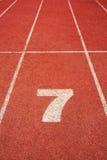 7 auf einer laufenden Spurzeile Stockbilder