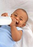 7 behandla som ett barn flaskholdingen mjölkar den gammala månaden Royaltyfri Bild