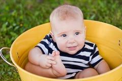 7 behandla som ett barn gammal vit yellow för hinkmånad Arkivfoton