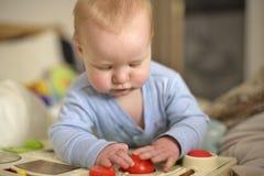 7 behandla som ett barn gammalt leka för pojkemånad Royaltyfri Foto