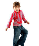 7 Jahre alte Jungenspielen Stockfotos