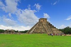 7 kukulkan nya under för en pyramid Arkivbilder