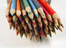7 kulöra blyertspennor arkivbild