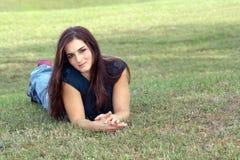 7 unga älskvärda outoors för brunett Arkivfoto