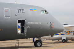 在巴黎国际航空航天展的安托诺夫安-70驾驶舱 免版税库存照片