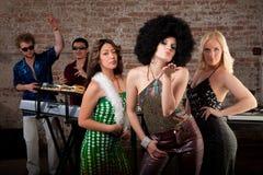 70-tal som slår deltagaren för diskokyssmusik Arkivbilder