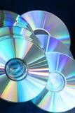 7149 glanzende gloeiende compact-discs op zwarte royalty-vrije stock foto