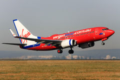 737 синь Боинг с принимать virgin стоковая фотография rf