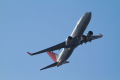 737 800波音国际jal起飞东京 库存照片