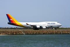 747航空波音喷气机太平洋跑道 库存照片