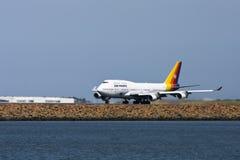 747航空波音喷气机太平洋跑道 库存图片
