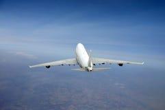 在飞行中波音747飞机 免版税库存图片