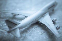747 aircraft against a map background Royalty Free Stock Photos