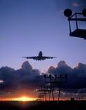 747 atterrissant à l'aéroport Amsterdam de Schiphol Photos stock