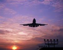 747 atterrissant à l'aéroport Amsterdam de Schiphol Photos libres de droits