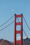 747 moscas sobre a ponte de porta dourada Fotos de Stock Royalty Free