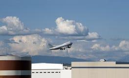 747 ovanför flygplatsjumbowhite Royaltyfria Foton