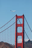 747 vliegen over de Gouden Brug van de Poort Royalty-vrije Stock Foto's