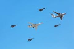76 160架随附于的战斗机il飞行tu 库存照片