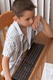 8个年龄计算机基本比赛孩子演奏几年 免版税库存图片