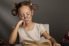 8 anni della ragazza con gli occhi chiusi Immagine Stock