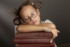 8 anni della ragazza sta dormendo sul libro Immagini Stock