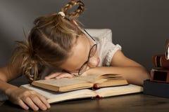 8 anni della ragazza sta dormendo sul libro Fotografia Stock