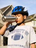 8 ans d'Afro-américain d'eau potable de garçon Images stock