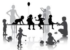 8 enfants jouant avec quelques jouets Photos stock