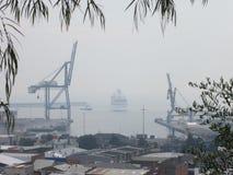 8 janvier 2013 : Le feu de brousse, Tasmanie : Bateau de croisière dans le port de Burnie Photos stock