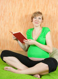 8 meses de mulher gravida Fotografia de Stock Royalty Free