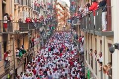 8 Pamplona-JULI: Stier die in calle Estafeta loopt Stock Foto
