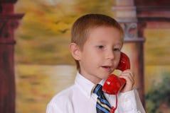 8 pojketelefonbarn Arkivbilder