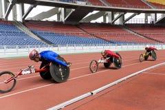 800 метров людей участвуют в гонке кресло-коляска s Стоковые Фотографии RF