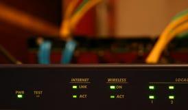 802.11 draadloze router en kabels royalty-vrije stock foto's