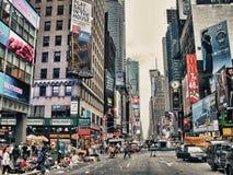 纽约城- 8月2 :游人在城市街道, 8月2日走, 库存图片