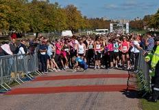 8k start för deltagare running4women som väntar arkivbild