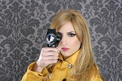 8mm照相机方式申报人超级葡萄酒妇女 免版税库存照片