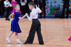 9对比拉罗斯儿童夫妇跳舞米斯克10月 免版税图库摄影