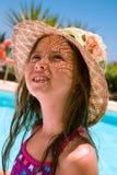 9 anni felici della ragazza sulla vacanza di estate Immagine Stock