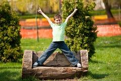 9 anos de miúdo velho em um parque Imagem de Stock Royalty Free
