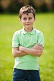 9 anos de miúdo velho em um parque Fotografia de Stock