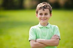 9 anos de miúdo velho em um parque Fotos de Stock