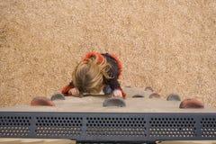 9 anos velho na parede de escalada Fotos de Stock Royalty Free