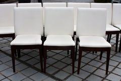 9 cadeiras brancas Fotografia de Stock
