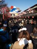 9 de enero: Tiempo de la Navidad en un templo en Asakusa Foto de archivo libre de regalías