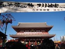9 de enero: Tiempo de la Navidad en un templo en Asakusa Imagenes de archivo
