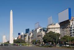 9 de Julio Avenue ed il Obelisk un touristi importante Fotografie Stock Libere da Diritti